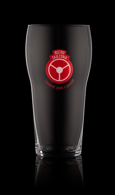 szklanka piwa nadrukiem kalkomanią szklarską